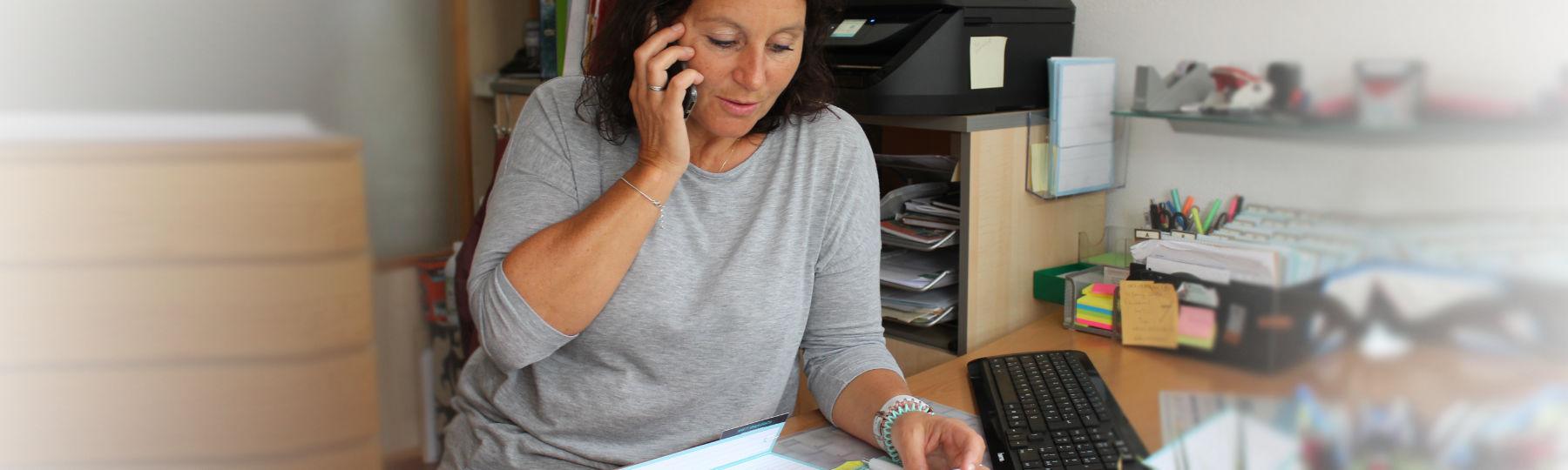 Thekla Undine Hartmann beim telefonieren