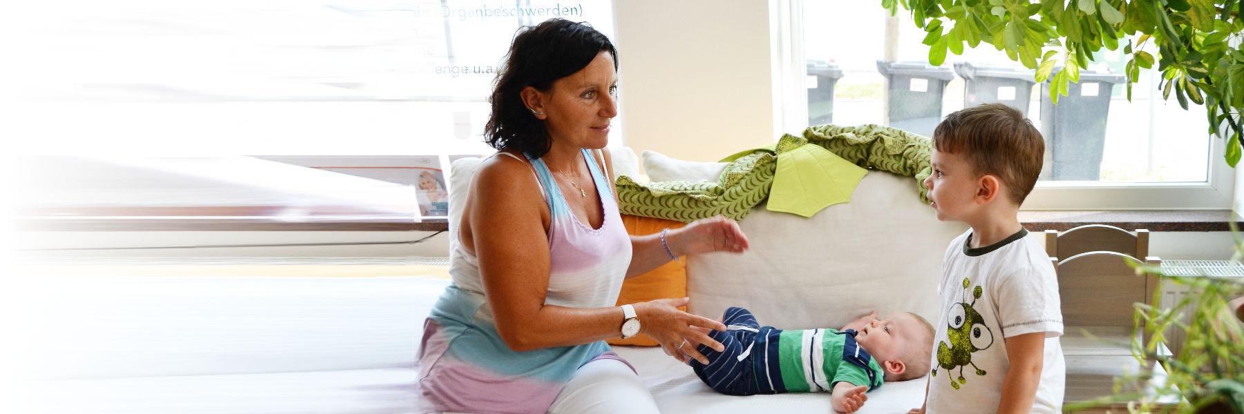 Kinderosteopathin bei der Behandlung